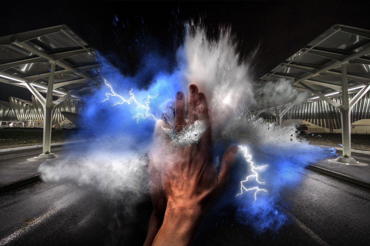 Forza e ingegno umano si uniscono creando un'esplosione di energia sullo sfondo di un'opera moderna come la Stazione AV Mediopadana di Calatrava.