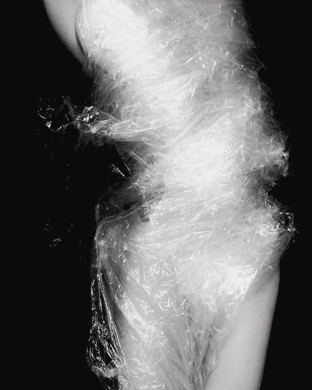 Grave di corpo: Ho demolito lo spazio rendendolo inaccessibile, privo di coordinate. Mi sono infilata dentro al solo scopo di uscire fuori. Dinamico e statico il CORPO emerge da uno spazio indistinto, pressoché assente, che assorbe e deforma -a tratti- il bianco della materia. Dentro e fuori l'assenza, il corpo incontra il limite e il bisogno di superarlo.